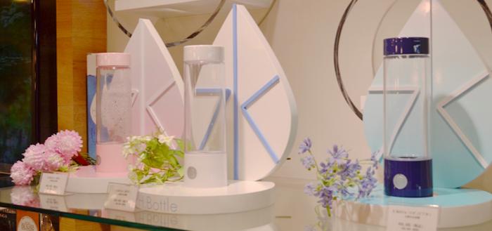 <H.Bottleのカラーバリエーション> 左奥からサクラ(ピンク)、ホワイト、インディゴブルー