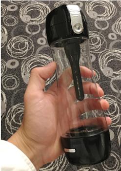 付属の塩素吸着スティック。写真のボトル内にある黒い棒状のもので、着脱式になっており不要時は取り外せる